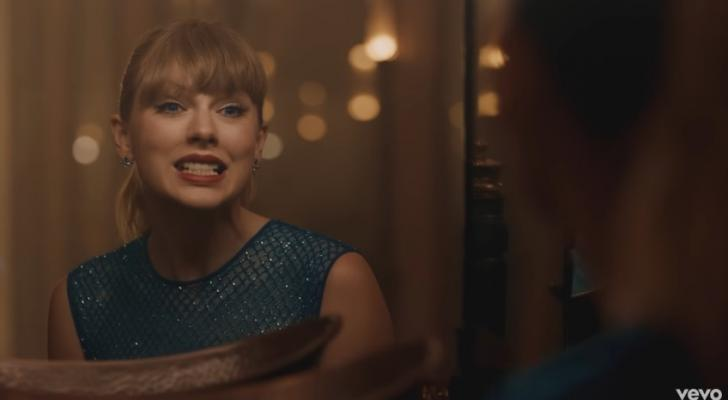 Taylor Swift lets totally loose -- and nobody's looking